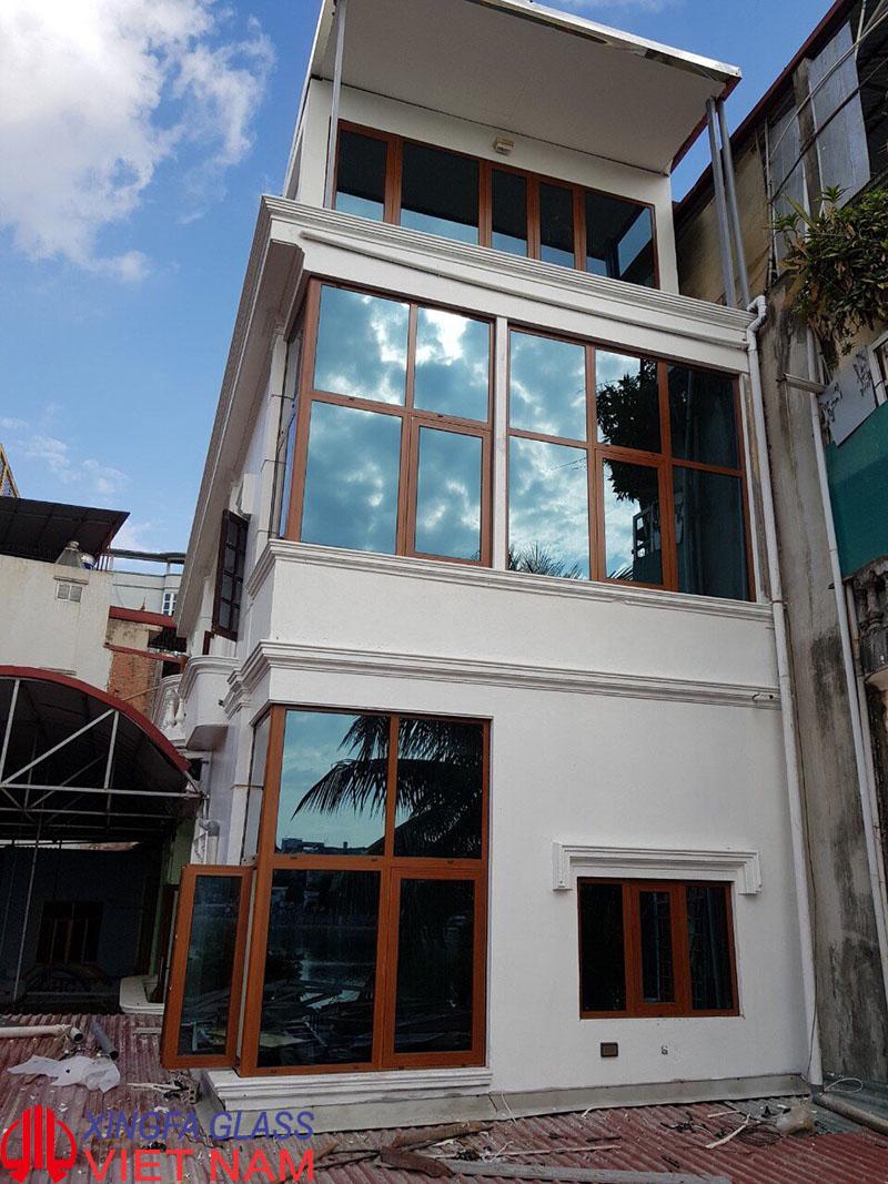 Công trình sử dụng cửa nhôm Xingfa màu vân gỗ, kính phản quang Bỉ