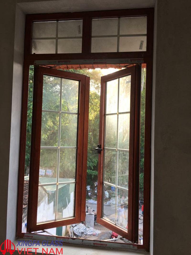 Cửa sổ mở quay 2 cánh nhôm Xingfa màu vân gỗ hệ 55