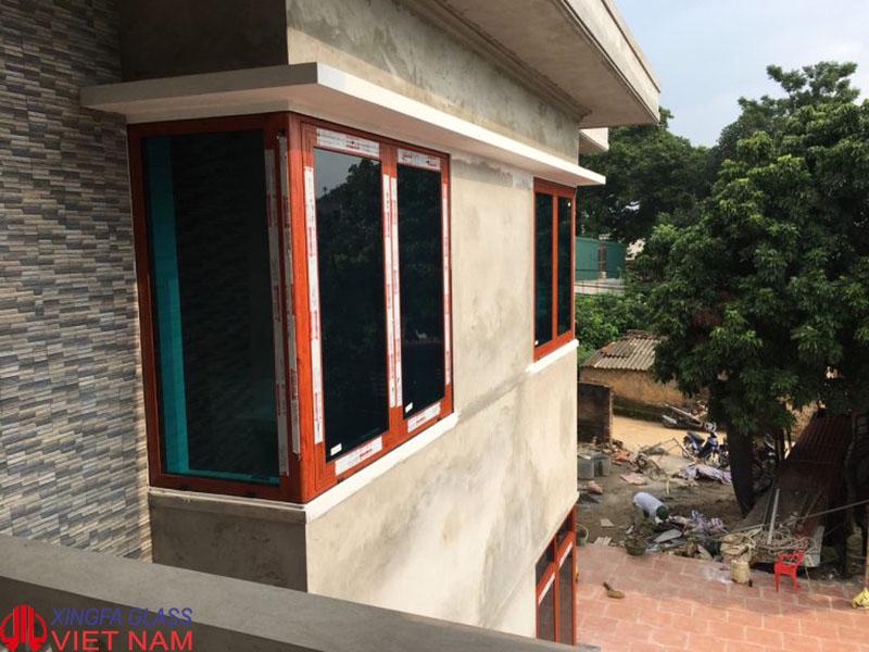 Cửa sổ mở quay nhôm Xingfa hệ 55 màu vân gỗ