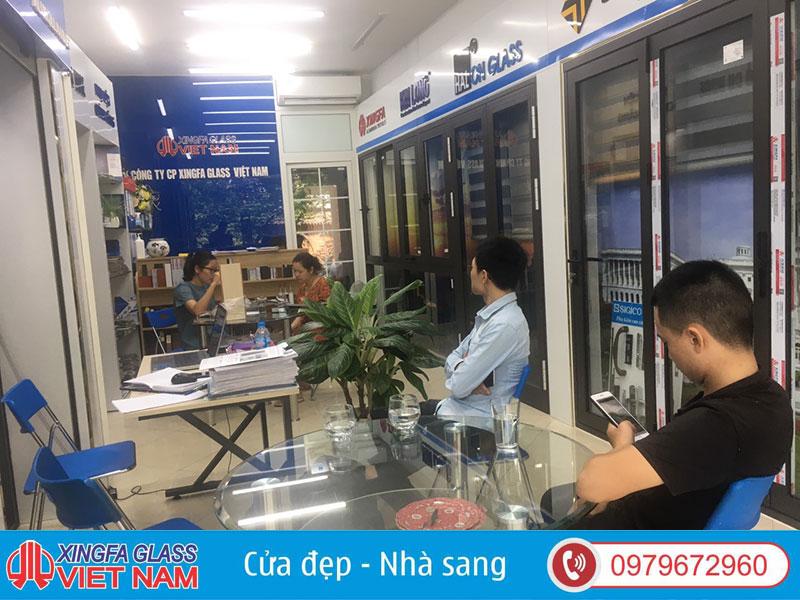 Tư Vấn Khách Hàng Lựa Chọn Cửa Nhôm Xingfa Tại Showroom Xingfa Glass